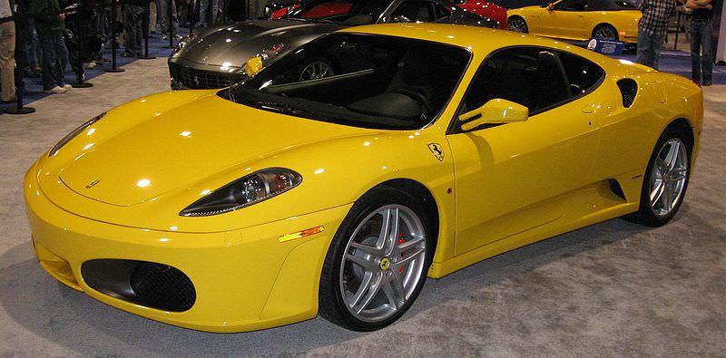 黄色いフェラーリF430