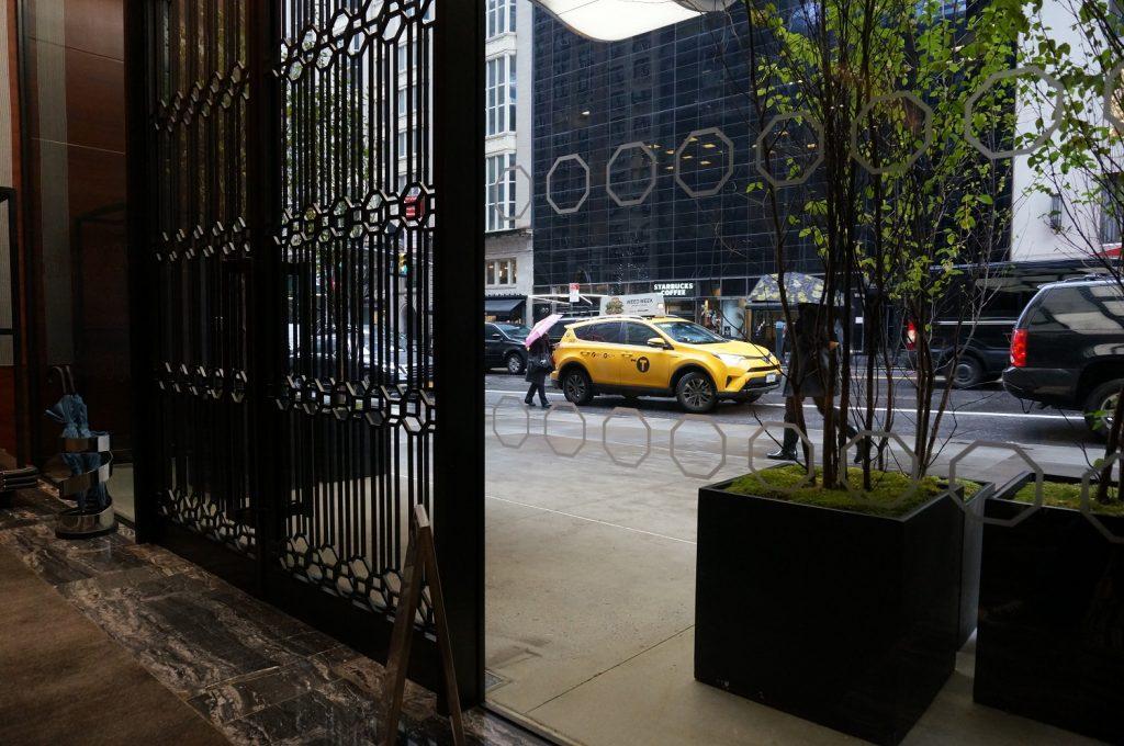 パークハイアットニューヨーク入口から、玄関外を見る