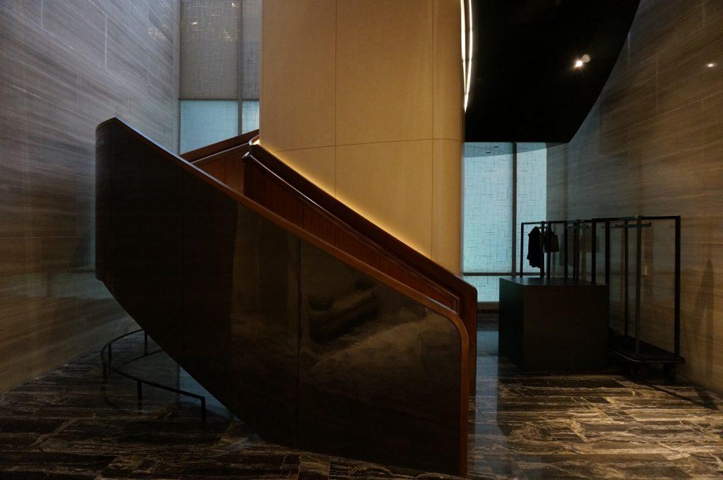 パークハイアットニューヨークの玄関入って正面の階段